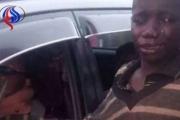 طفل مشرد اقترب من سيارة ليطلب حسنة، لكنه انفجر بالبكاء عندما رأى ما بداخلها!