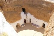 منازل أنفاق مطماطة التونسية تجذب سياح العالم