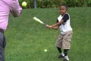 إنجاز مذهل: طفل أمريكي يلعب البيسبول بيدين مزرعوتين