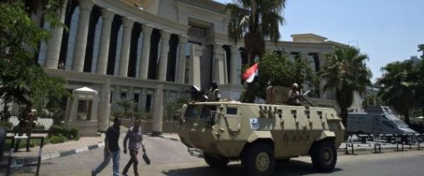 قاضٍ مصري يحكم بإعدام 12 متهماً والمؤبد لـ140 آخرين.. شاهد رد فعل المتهمين!