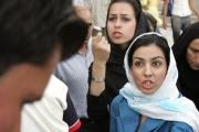 الغارديان: إيرانيات يكرهن غطاء الرأس