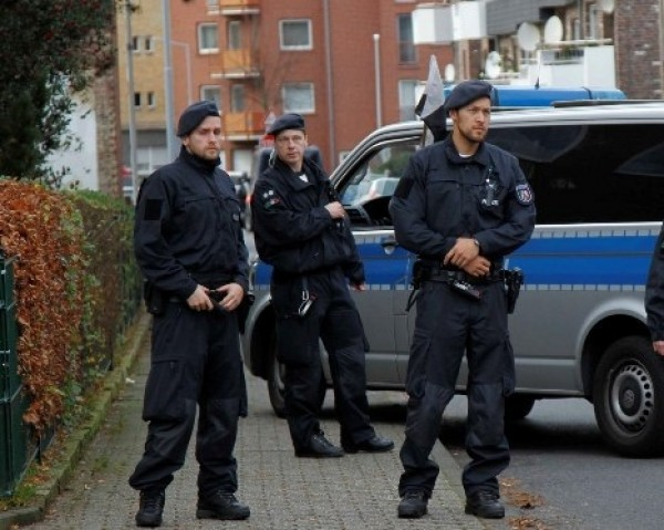 استدعاء الشرطة بسبب صغير ألماني حبس والدته وضيفتها في الشرفة ثم نام
