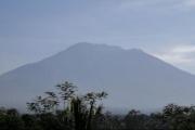 فرار الآلاف في أندونيسيا بعد تحذيرات من ثوران بركان