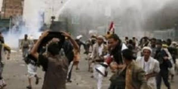 بالفيديو: اشتباكات في صنعاء وجهاً لوجه وضرب بالعصي