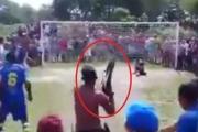 شاهد .. لاعب ينفذ ركلة جزاء تحت تهديد السلاح