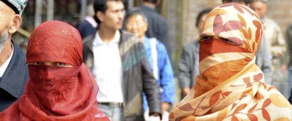 يعيشون في منازل المسلمين ويرسمون لهم شكل الحياة.. مليون موظف صيني ينتقلون إلى بيوت الإيغور لتحقيق هذا الهدف