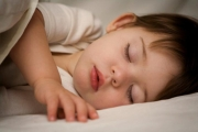 تحذير من إيقاظ الأطفال ليلاً لتناول الأدوية