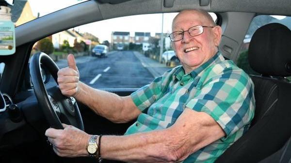 تعلم القيادة في الـ 79 .. 'لعيون' زوجته!