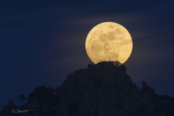 المسلمون يعبدون القمر ...