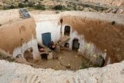 آخر سكان الكهوف بتونس يتمسكون بمنازلهم في 'مطماطة'.. يعيشون ببيوت تحت الأرض محفورة في الصخر منذ قرون (صور)