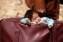 صورة طفلة في حقيبة أبيها تصبح 'وجه الغوطة' على تويتر عالميا