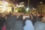 بالصورة: أهالي الموقوفين الإسلاميين قطعوا الطريق أمام أحد المطاعم التي يتواجد فيها أحمد الحريري في منطقة الضم والفرز