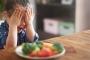 ماذا تفعلين مع طفلك عندما يرفض تناول الأطعمة الصحية؟