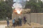 شبان يقتحمون الخط الفاصل شرق غزة ويحرقون موقعا للاحتلال