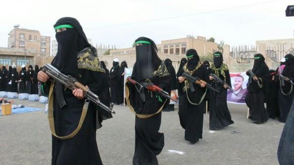 بالصور.. الحوثيون يهيئون النساء للقتال على الجبهات