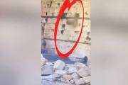 بالفيديو.. سقوط صخرة من حائط البراق