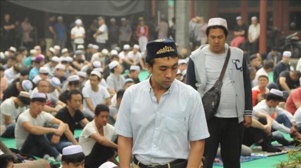 المئات من مسلمي الصين يحتجون على هدم مسجد تاريخي