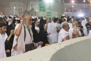 الحجاج يبدؤون رمي الجمرات في أول أيام العيد
