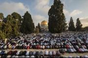 100 ألف فلسطيني يؤدون صلاة العيد في المسجد الأقصى ... وهنية في خطبة العيد: حصار غزة يترنح بفضل مسيرة 'العودة'