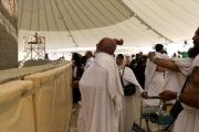 حجاج بيت الله الحرام يرمون 'الجمرة الكبرى'
