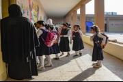 تلاميذ مدرسة بالعراق يتلقون الدروس على يد عامل خدمة