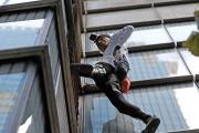 خلال ساعة تسلق 'رجل العنكبوت' أعلى مباني لندن من دون حبال