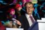 بالفيديو - بيل غتيس يرفع 'برازا' في مؤتمر عالمي.. لماذا؟