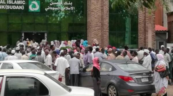 «طوابير النقود» في الخرطوم تزداد في ظل أزمة سيولة