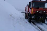 انقاذ مواطن احتجزت سيارته في الثلوج في عيناتا الأرز