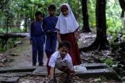 طفل يتحدى إعاقته بزحفه 8 كيلومترات يومياً إلى مدرسته