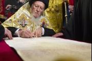 بالصور ... بطريرك القسطنطينية يوقع القرار الرسمي بإنشاء كنيسة مُستقلة في أوكرانيا