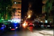 بالصور ... قطع طريق وحرق إطارات أمام مدرسة الحكمة!