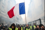بالصور ... محتجو 'السترات الصفراء' يواصلون الضغط على ماكرون