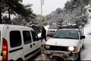 زحمة سير على الطريق المؤدية الى سهلات القموعة وتلال فنيدق للتمتع بمناظر الثلج