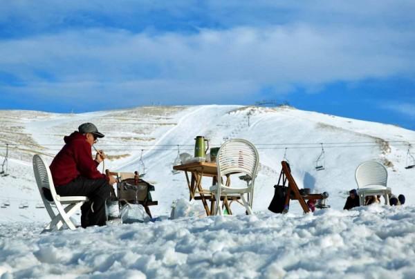 طلّة العريس الأبيض في لبنان تبهج عشاق التزلج