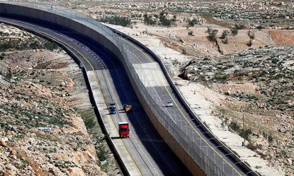 افتتاح «شارع الأبرتهايد» الذي يفصل بين الإسرائيليين والفلسطينيين