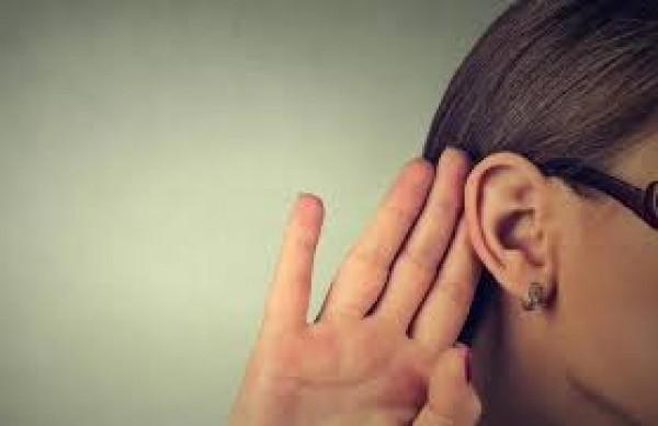 امرأة لا تسمع صوت الرجال!