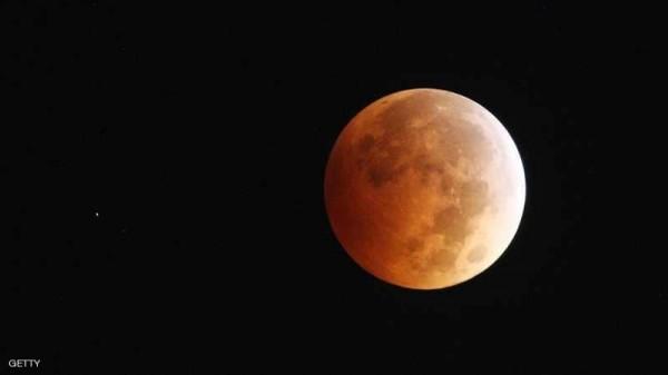 «بلومبرغ»: على أميركا العودة إلى القمر
