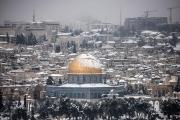 الثلوج تغطي قبة الصخرة والمسجد الأقصى بالقدس