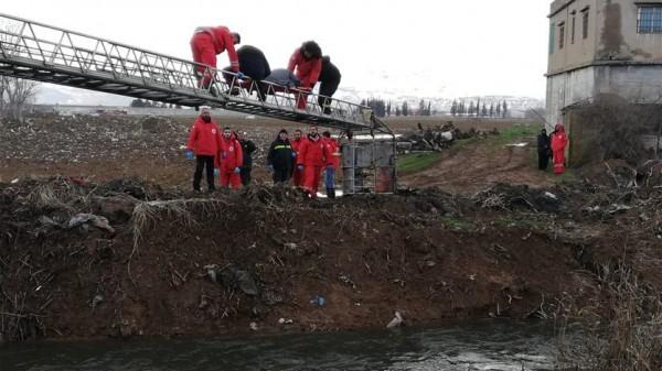 بالصور ... انقاذ عائلة حاصرها نهر الليطاني من كل الاتجاهات في برالياس