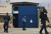 فلسطين ... الاحتلال يصعّد ضد الأسرى: 100 جريح في المعتقلات