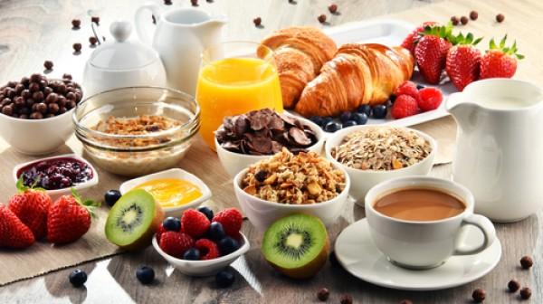 العلماء يؤكدون: تناول الإفطار ليس استراتيجية جيدة لفقدان الوزن