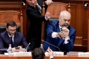 بالفيديو ... نائب معارض يرش الحبر على رئيس وزراء ألبانيا في البرلمان
