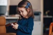 ألمانيا تنصح بحظر الأجهزة الذكية عن الأطفال دون 14 سنة