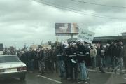 بالصور ... وقفة احتجاجية على اوتوستراد شكا