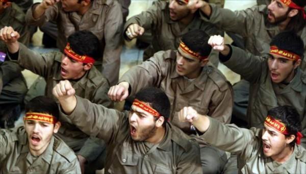 'الحرس' ورجال الدين في إيران... من يسبق من؟