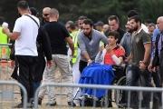 ناجٍ من مذبحة مسجد نيوزيلندا يحضر مراسم دفن أبيه وأخيه على كرسي متحرك