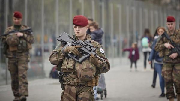 ماكرون يستعين بالجيش للسيطرة على احتجاجات 'السترات الصفراء'