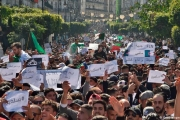 في الجزائر: ما هي السيناريوهات المتوقعة بظل الشلل الدستوري؟