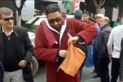 بالفيديو.. لماذا ارتدى هذا الشخص 'برنس' الحمام وحمل شامبو وسط مظاهرات الجزائر؟
